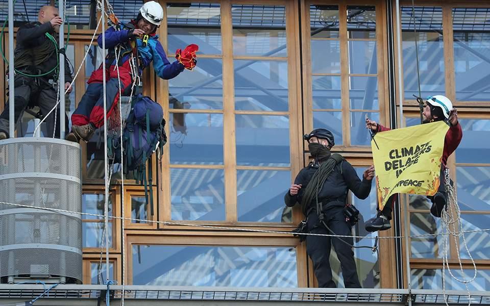 2019-12-12t093620z_1334670008_rc2ltd9wsica_rtrmadp_5_climate-change-eu-greenpeace