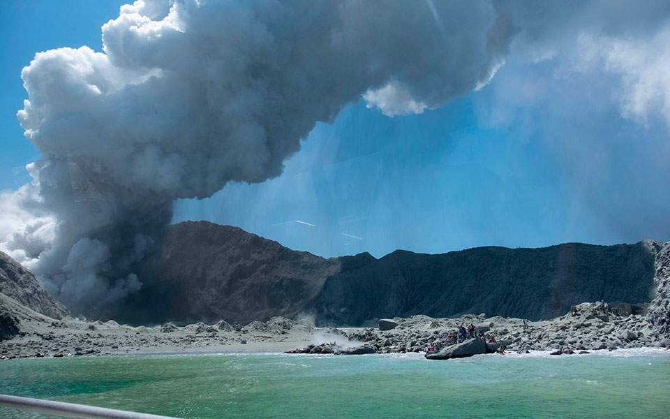 new_zealand_volcano_erupts_18460jpg-e872f