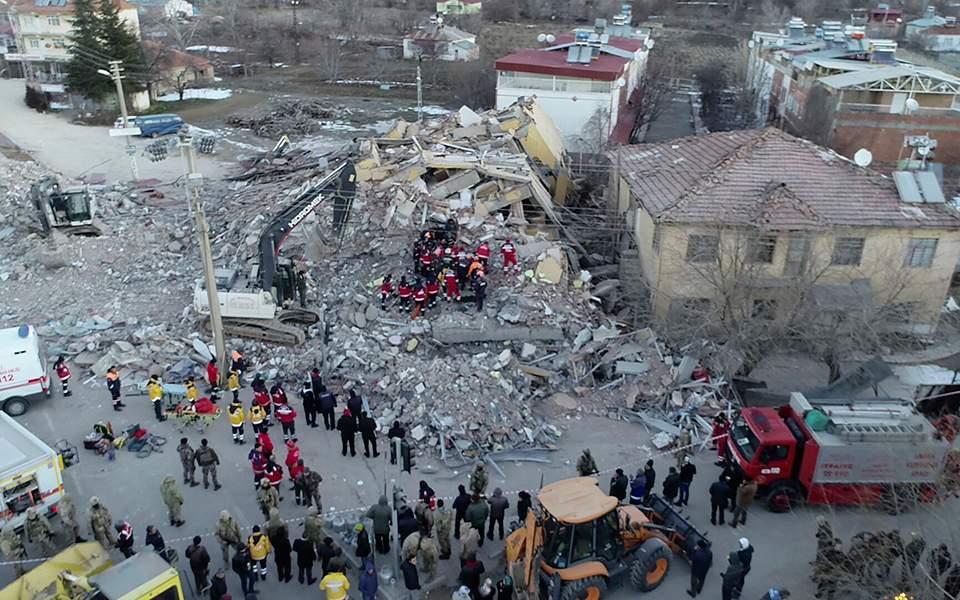 Αμεση ανάλυση: Η τραγωδία στην Τουρκία, η αλληλεγγύη της Ελλάδας και ίσως μια ευκαιρία