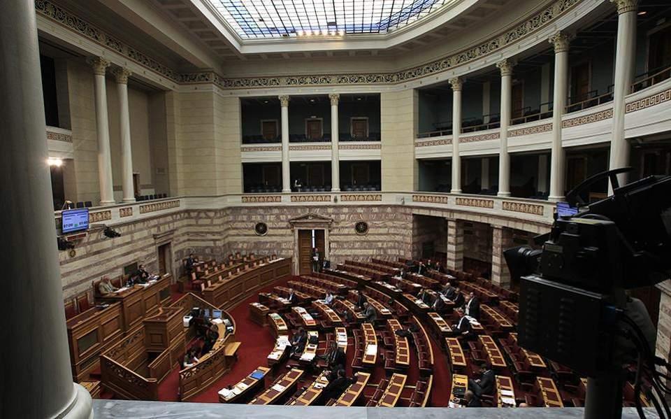 Βουλή: Μικρά βήματα επιστροφής στην «κανονικότητα» των συνεδριάσεων
