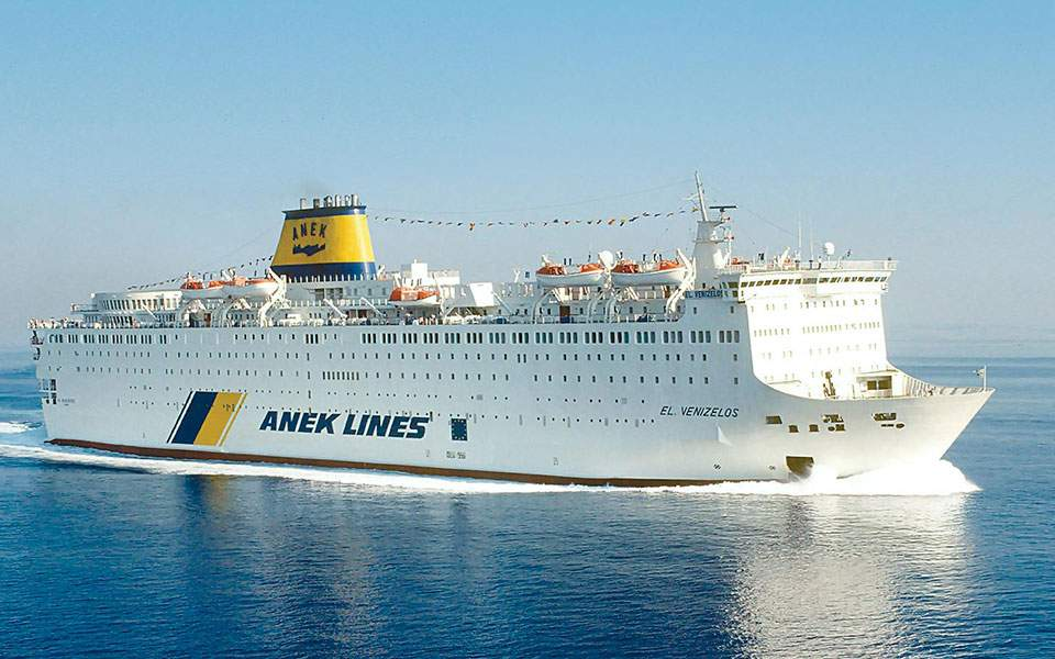 Σε καραντίνα πλοίο με 20 επιβεβαιωμένα κρούσματα στο λιμάνι του Πειραιά