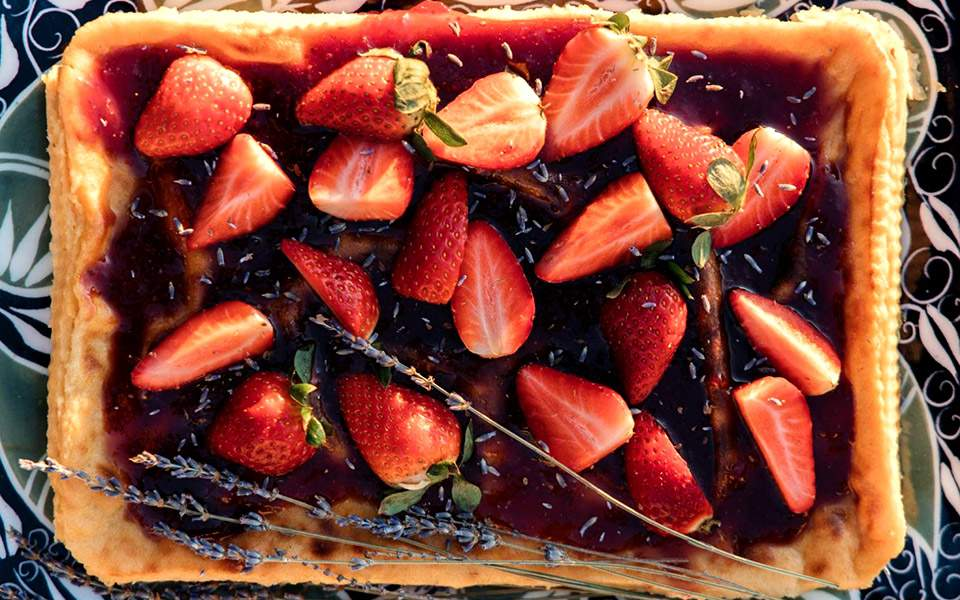 Προδημοσίευση: Τυρογλυκό με σάλτσα φράουλας και λεβάντα