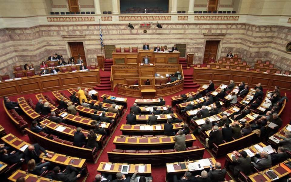 Προς μετωπική αρχηγών την Πέμπτη στη Βουλή