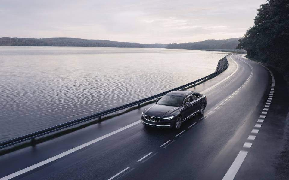 262602_the_refreshed_volvo_s90_recharge_t8_plug-in_hybrid_in_platinum_grey_-1