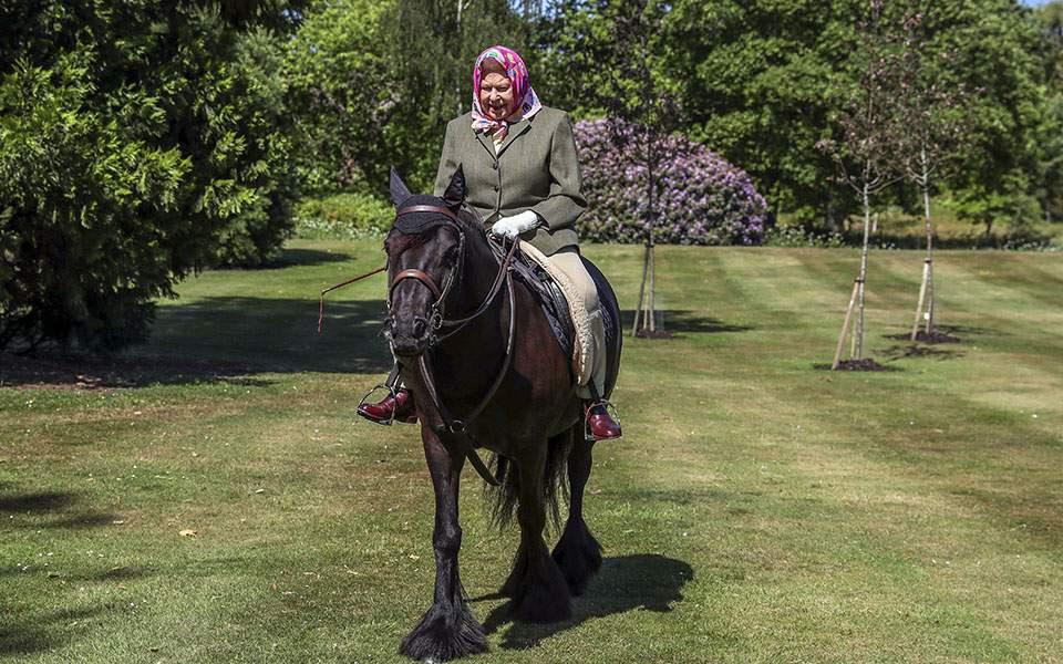 Βόλτα με πόνι για τη βασίλισσα Ελισάβετ στην πρώτη δημόσια εμφάνιση μετά το lockdown (φωτογραφίες)