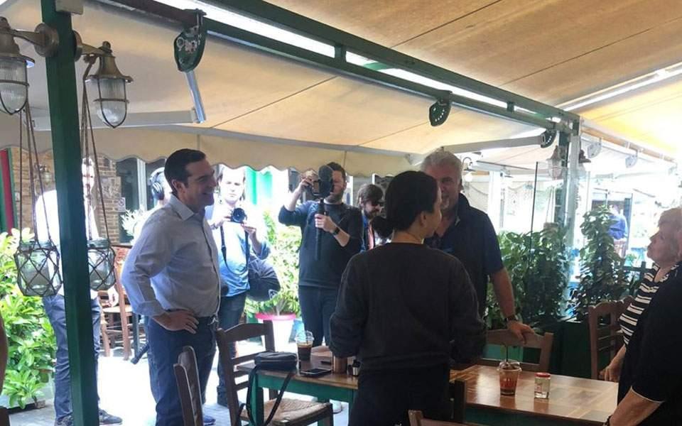 Επίσκεψη Αλέξη Τσίπρα σε καταστήματα εστίασης στην πλατεία Καισαριανής