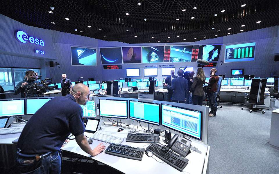 1280px-views_in_the_main_control_room_12052189474