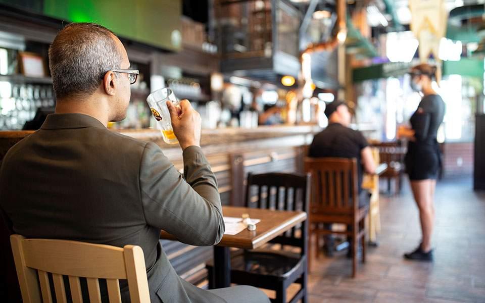 Κορωνοϊός: Οι πελάτες των μπαρ του Μόντρεαλ καλούνται να υποβληθούν σε διαγνωστικό τεστ