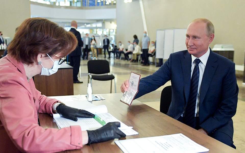 «Εν λευκώ» επιταγή στον Βλαντιμίρ Πούτιν έδωσαν οι Ρώσοι