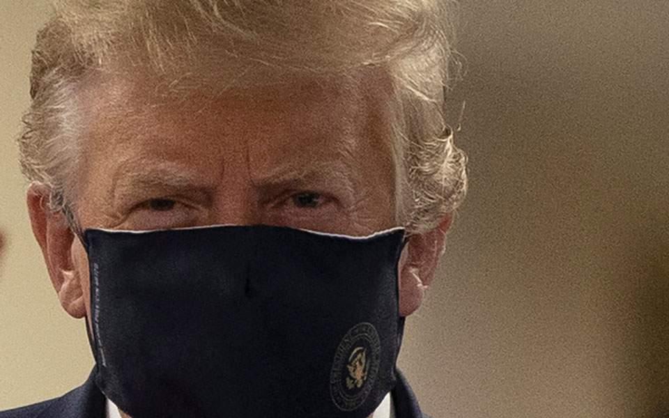 Τραμπ: «Πατριωτικό» να φοράμε μάσκα