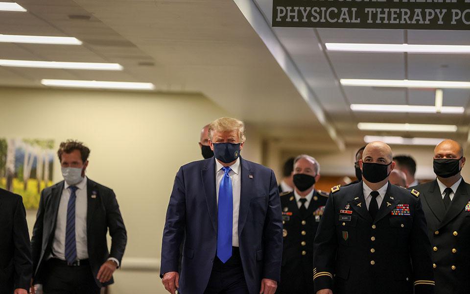 Η πρώτη δημόσια εμφάνιση Τραμπ με μάσκα στη διάρκεια της πανδημίας (φωτογραφίες) | Κόσμος | Η ΚΑΘΗΜΕΡΙΝΗ