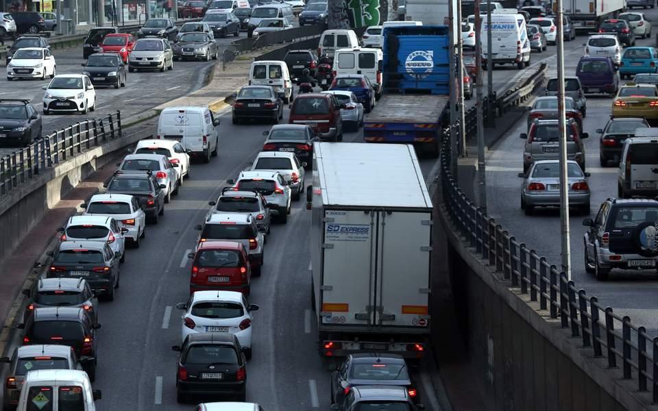 Ανατροπή νταλίκας στην εθνική οδό στη Λυκόβρυση - Μετ' εμποδίων η κυκλοφορία