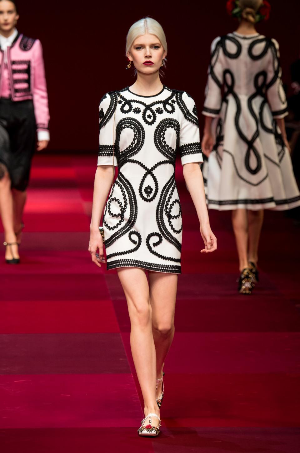 f9a03fecb36d 5 ασπρόμαυρα φορέματα για κομψά office looks