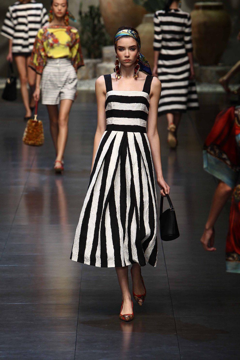4d46401674cb Τα midi φορέματα είναι κομψά, στιλάτα και ταιριάζουν τόσο με φλατ όσο και  με ψηλοτάκουνα πέδιλα. Είναι ιδανικά για τις πρωινές εμφανίσεις σας στο  γραφείο, ...