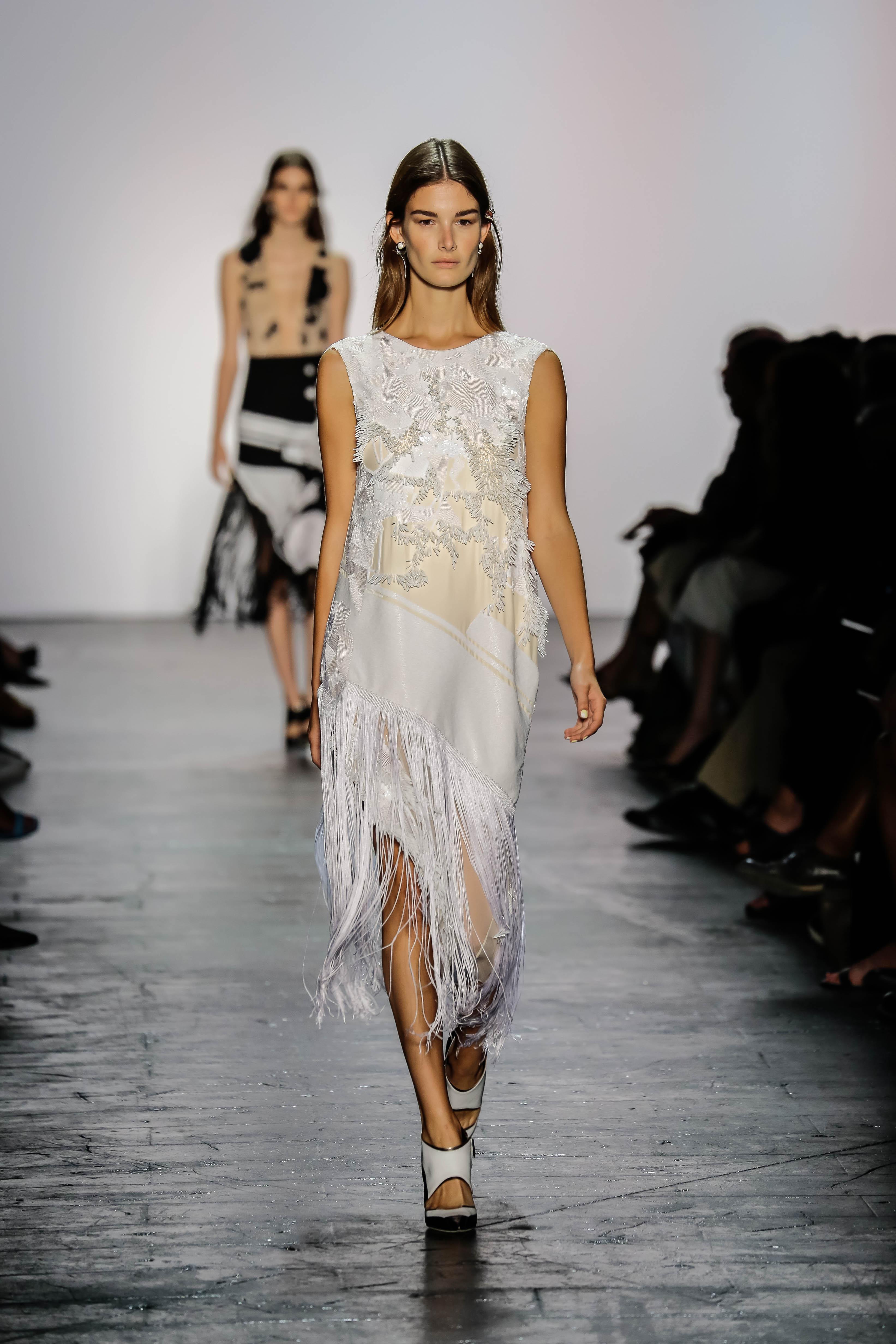 Επιλέγοντας το λευκό φόρεμα που κολακεύει τη σιλουέτα σας και ταιριάζει στο  στιλ σας 6e53cc5774c
