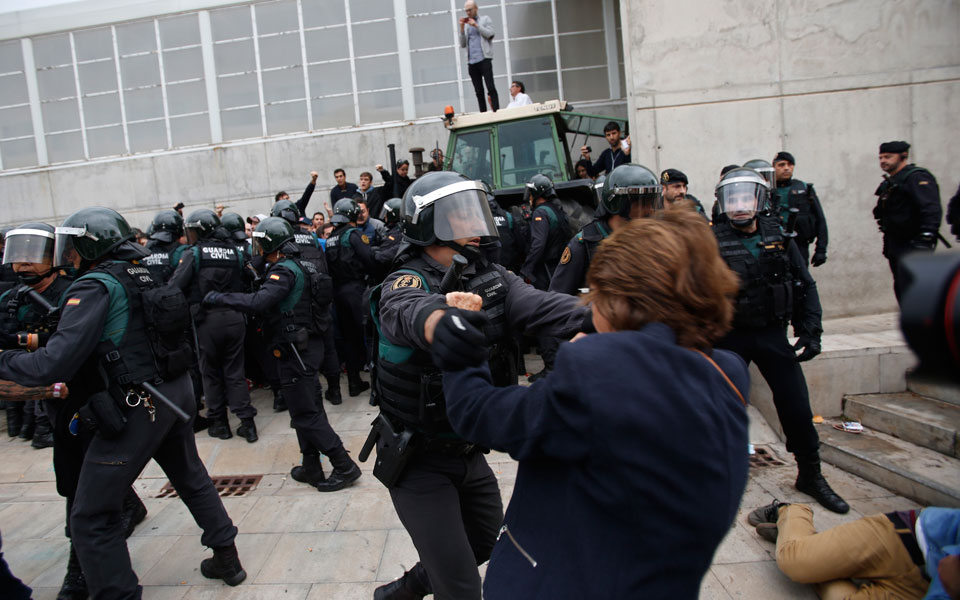 violence1 Στο αίμα πνίγηκε το δημοψήφισμα στην Καταλωνία [εικόνες & βίντεο]
