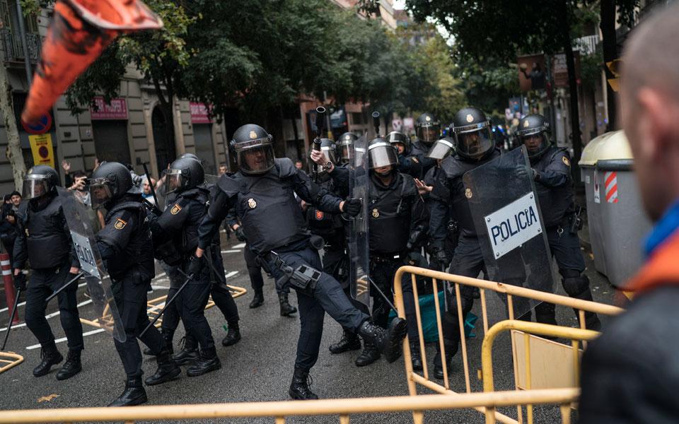 violence2 Το ματωμένο δημοψήφισμα της Καταλωνίας - Πάνω από 700 άτομα χτυπήθηκαν από την αστυνομία