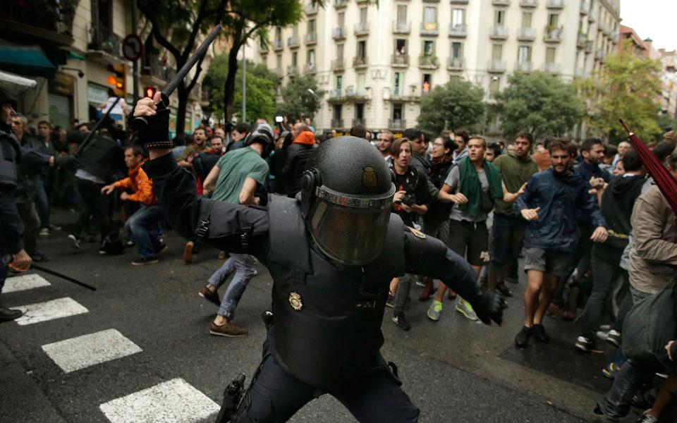 violence3 Το ματωμένο δημοψήφισμα της Καταλωνίας - Πάνω από 700 άτομα χτυπήθηκαν από την αστυνομία