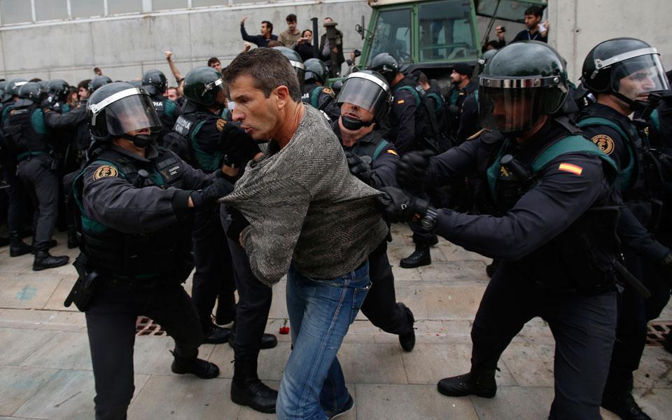 violence5 Το ματωμένο δημοψήφισμα της Καταλωνίας - Πάνω από 700 άτομα χτυπήθηκαν από την αστυνομία