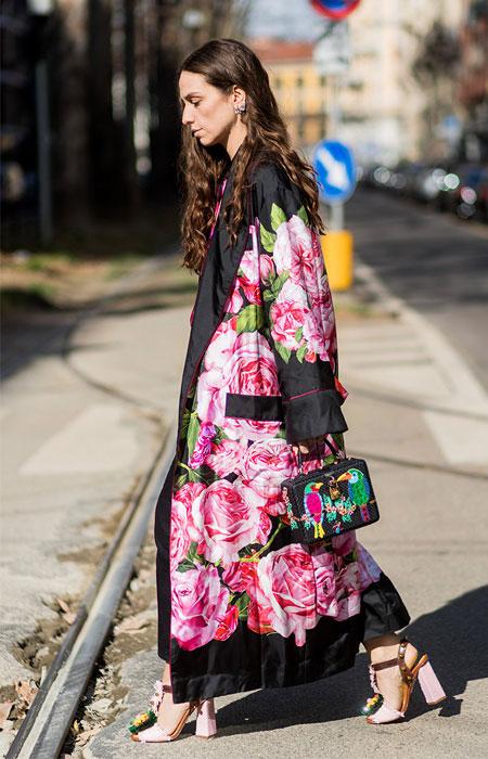 cd167d7fd804 ... σας καφέ ένα κιμονό με έντονα χρώματα πάνω από ένα νεγκλιζέ φόρεμα ή  ένα πατελόνι σατέν και ολοκληρώστε το σύνολό σας με ψηλά πέδιλα σε jewel  απόχρωση.