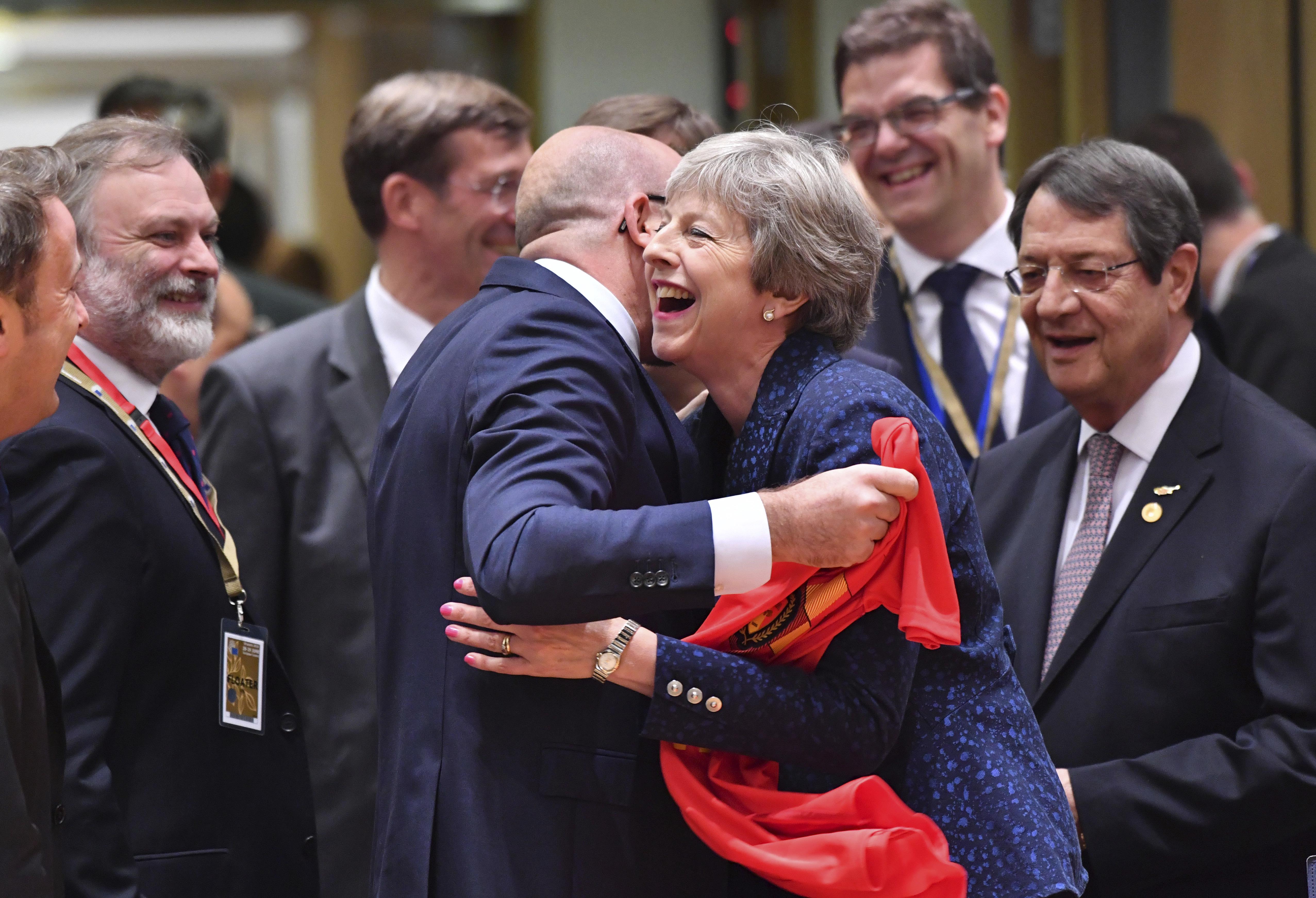 ... της ΕΕ στη συνέχεια απευθύνθηκε στον πρωθυπουργό της Ιρλανδίας Λέο  Βαραντκάρ dbc5a5fe07e