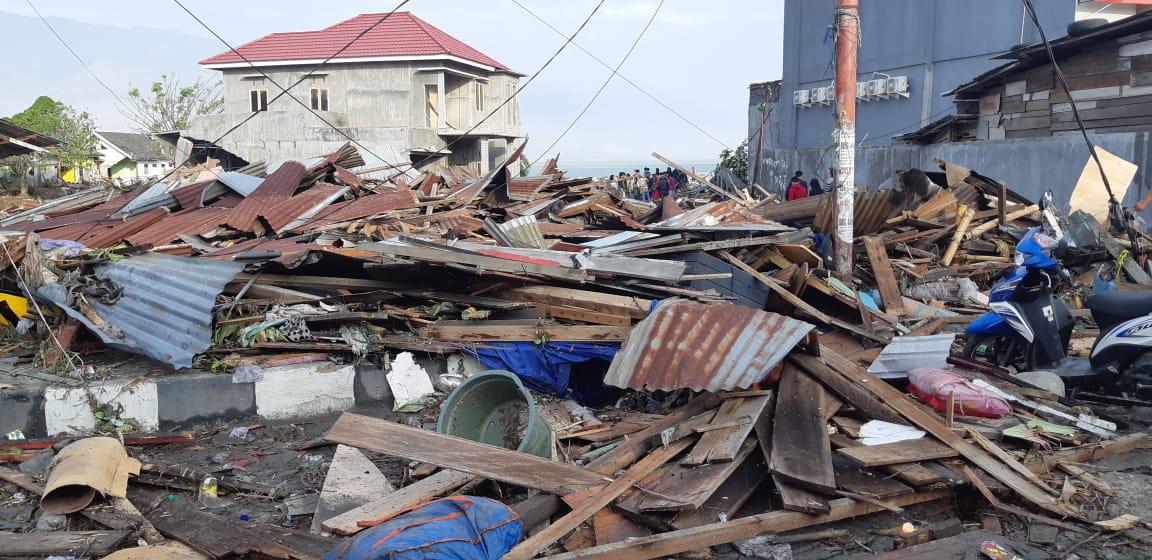 Εκατόμβη νεκρών στην Ινδονησία μετά τον ισχυρό σεισμό και το τσουνάμι