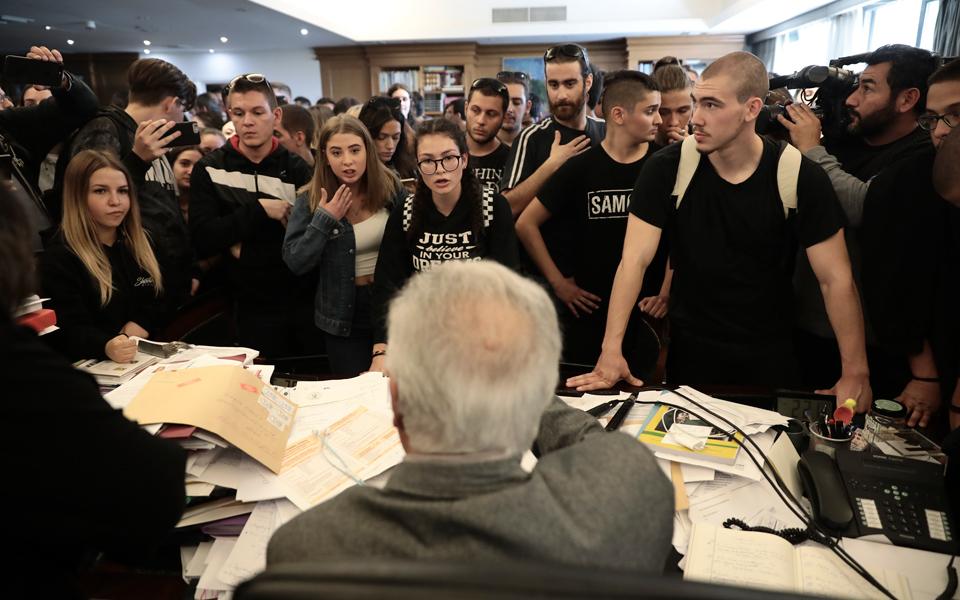 «Δεν έχεις δουλειά εδώ, το υπουργείο τελεί υπό κατάληψη» είπαν μαθητές στον Γαβρόγλου