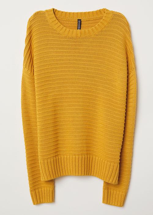 Ένα πουλόβερ σε ζεστό καναρινί κίτρινο χρώμα πάνω από το φόρεμά της έκανε  την διαφορά και πρόσθεσε στυλ στην εμφάνισή της με τον πιο σύγχρονο τρόπο. 95aed994bcb