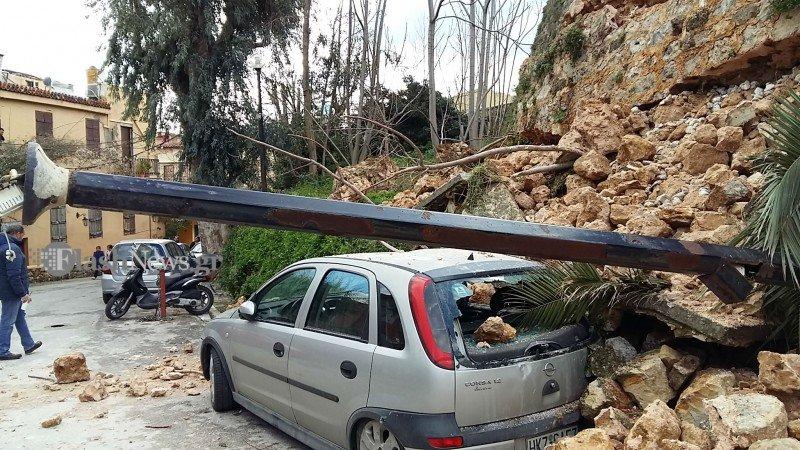 Χανιά: Κατέρρευσε τείχος μνημείου, καταπλακώνοντας αυτοκίνητα (φωτογραφίες)