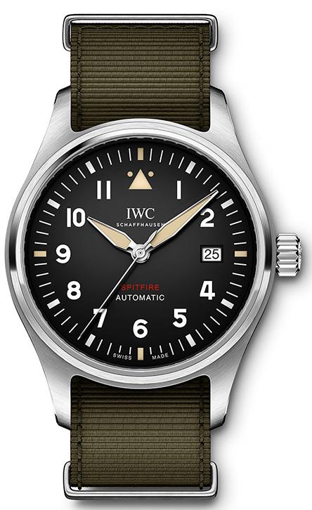 dbd4ddc1f8 Το Pilot s Watch Automatic Spitfire με τρεις δείκτες διατίθεται σε δύο  εξίσου συναρπαστικές εκδοχές  με κάσα από ανοξείδωτο ατσάλι και μαύρο  καντράν
