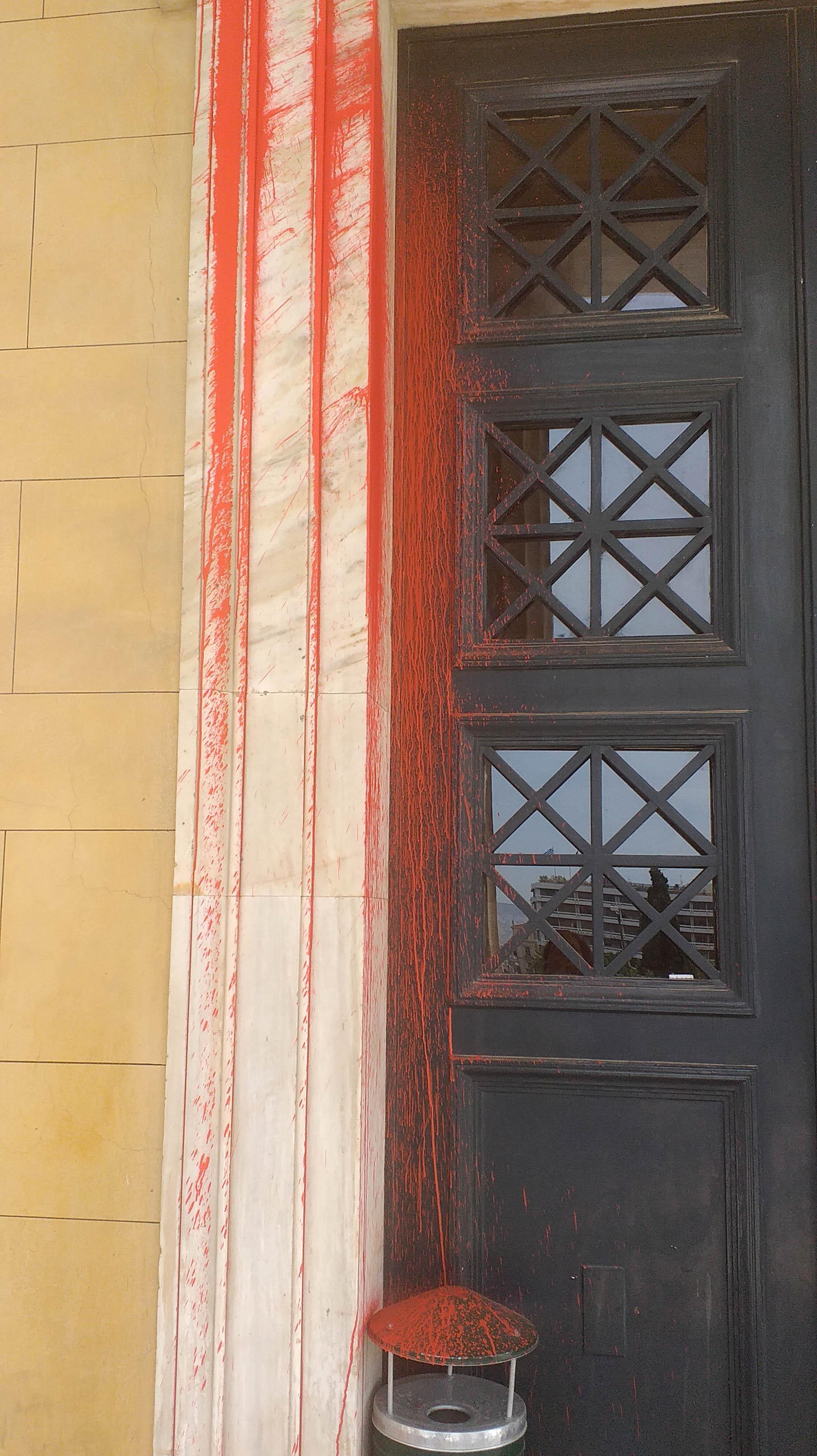 Επίθεση Ρουβίκωνα με μπογιές και καπνογόνα στη Βουλή για τον Κουφοντίνα