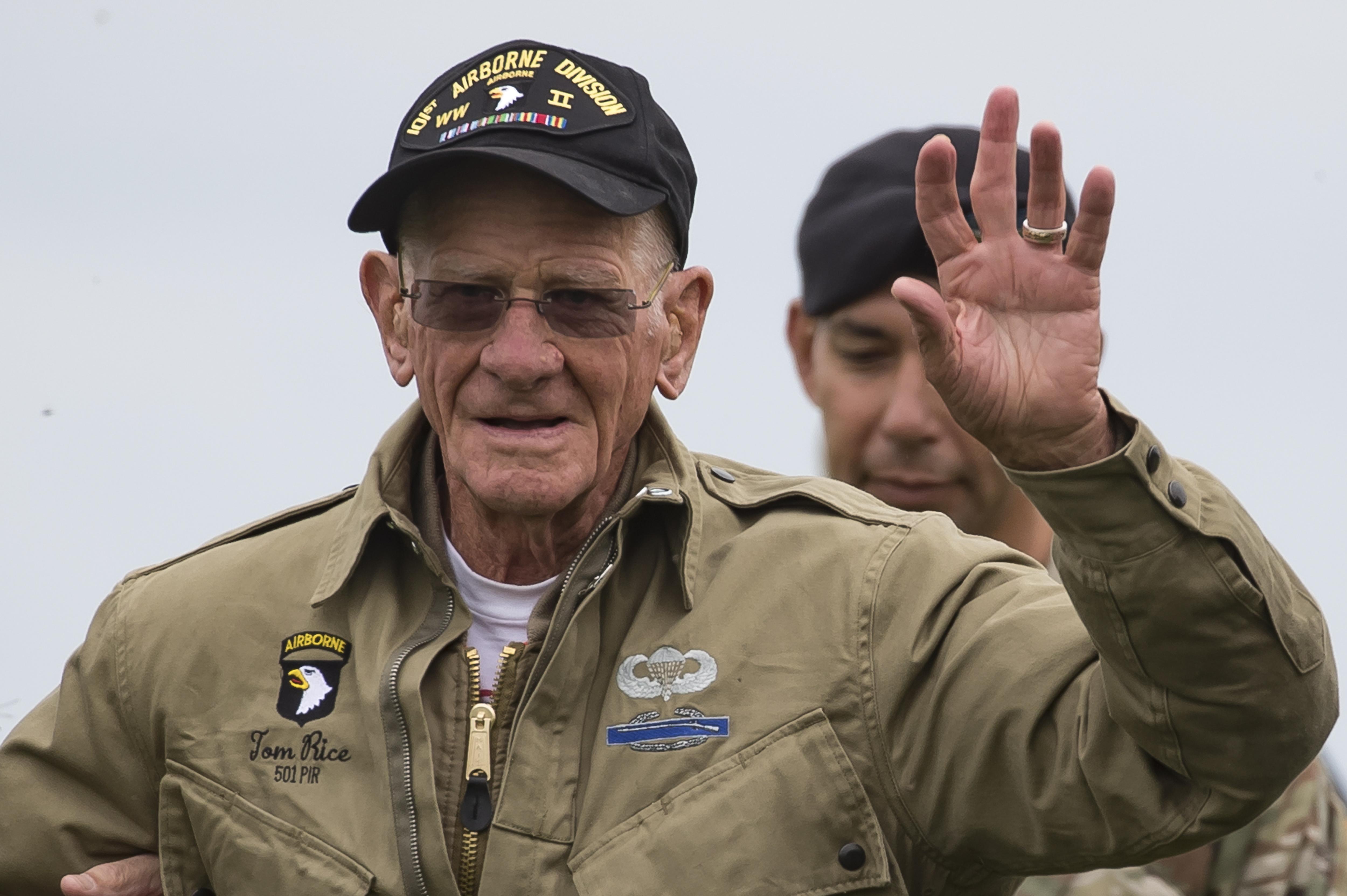 75th-anniver--2 Αμερικανός 97χρονος βετεράνος έπεσε με αλεξίπτωτο στη Νορμανδία