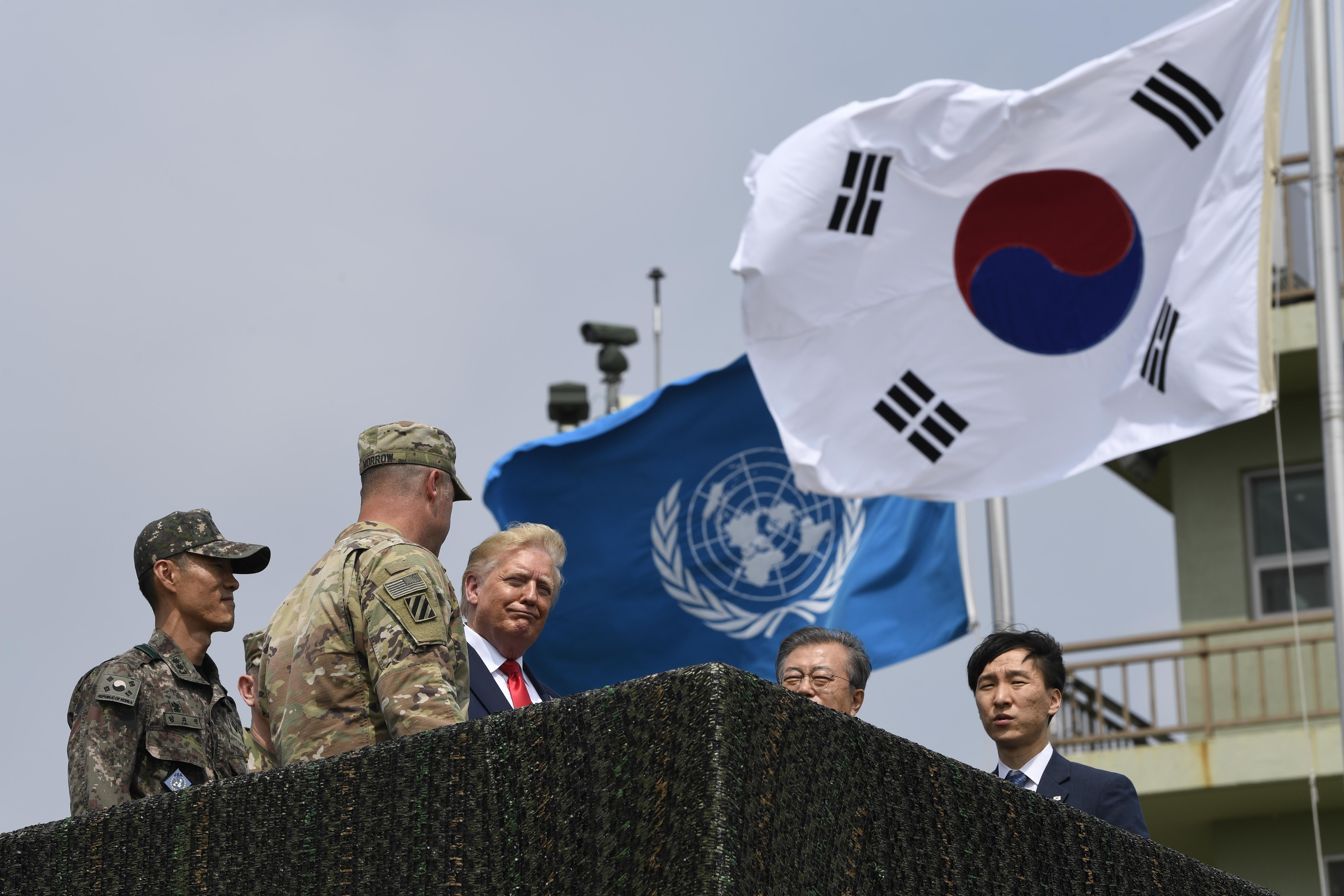9179e9391df Ιστορική συνάντηση και χειραψία Τραμπ – Κιμ στα κορεατικά σύνορα ...