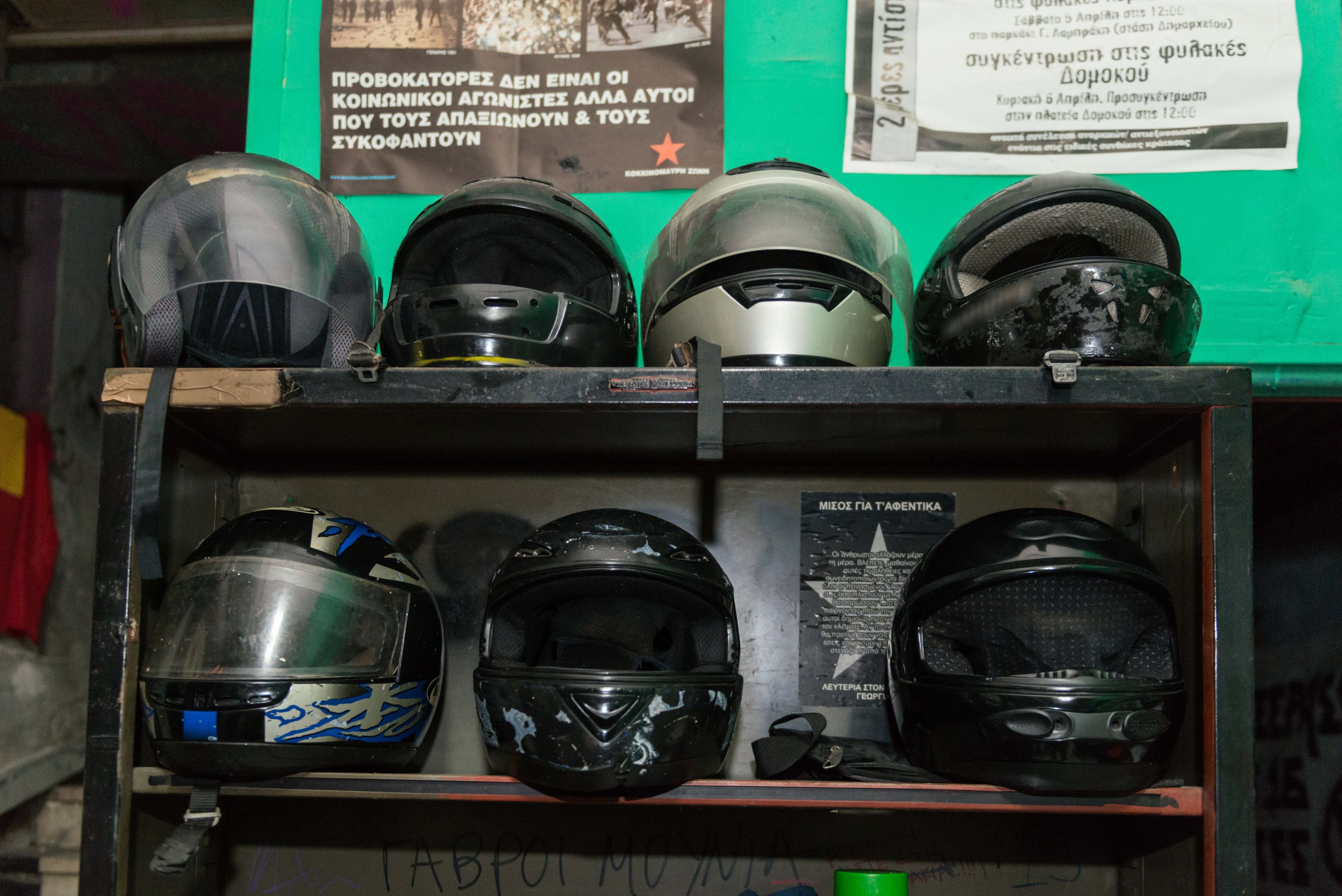 Kοντάρια, κράνη, γάντια, κουκούλες, ρούχα αμφίεσης και πυροσβεστήρες στη «γιάφκα» της ΑΣΟΕΕ...