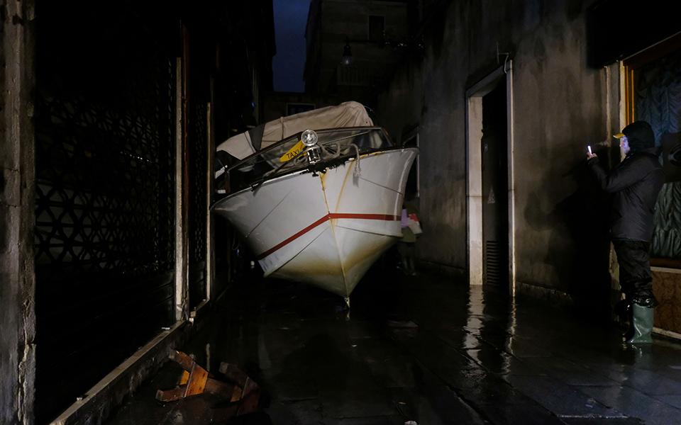 a-water-taxi Σε κατάσταση καταστροφής η Βενετία - Η δεύτερη μεγαλύτερη πλημμύρα στην ιστορία της (φωτογραφίες)