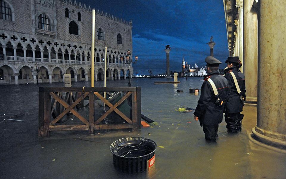 flooding-in-_1 Σε κατάσταση καταστροφής η Βενετία - Η δεύτερη μεγαλύτερη πλημμύρα στην ιστορία της (φωτογραφίες)