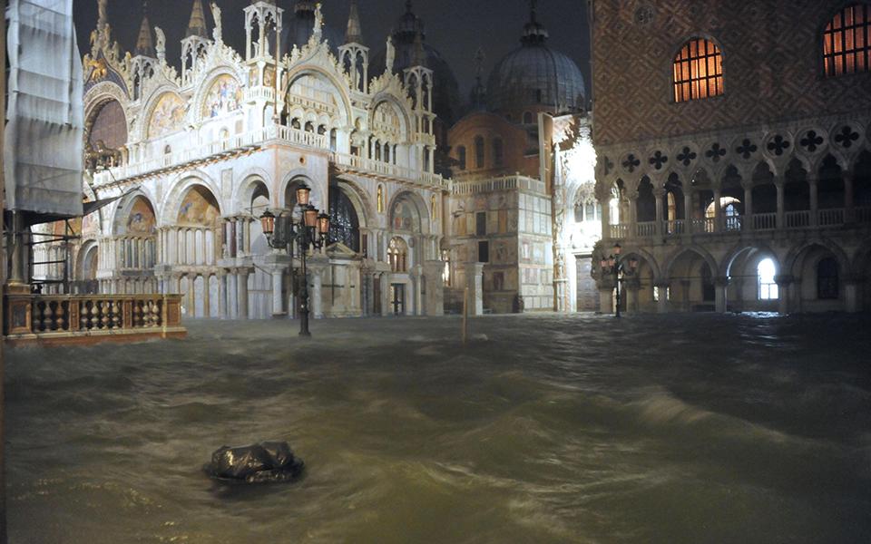 flooding-in-_3 Σε κατάσταση καταστροφής η Βενετία - Η δεύτερη μεγαλύτερη πλημμύρα στην ιστορία της (φωτογραφίες)