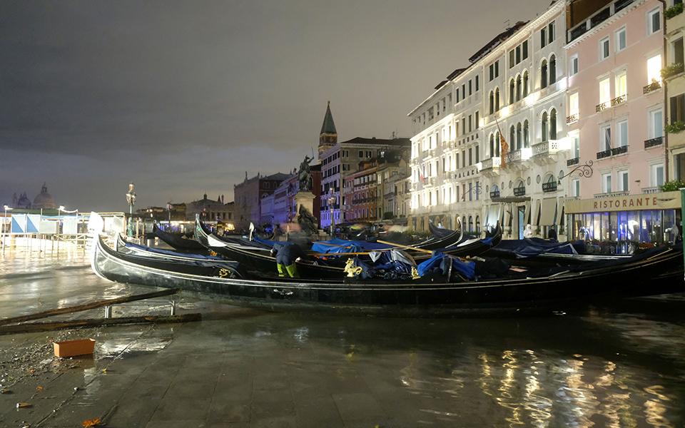 gondolas-on Σε κατάσταση καταστροφής η Βενετία - Η δεύτερη μεγαλύτερη πλημμύρα στην ιστορία της (φωτογραφίες)