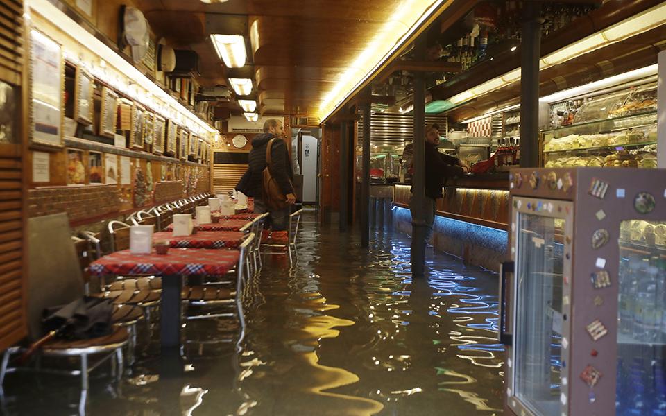 italy_venice_1 Σε κατάσταση καταστροφής η Βενετία - Η δεύτερη μεγαλύτερη πλημμύρα στην ιστορία της (φωτογραφίες)